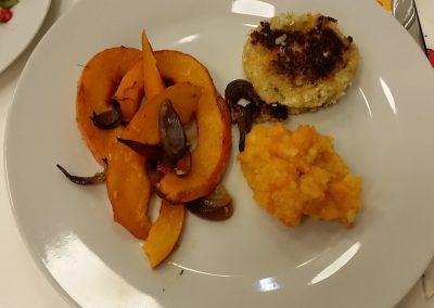 Quinoalaibchen mit Kürbisspalten und Karotten-Kartoffel-Püree